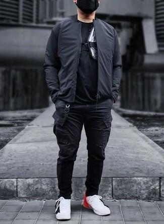 Herren Outfits 2020: Tragen Sie eine schwarze Bomberjacke und eine schwarze Cargohose für ein bequemes Outfit, das außerdem gut zusammen passt. Komplettieren Sie Ihr Outfit mit weißen und roten Segeltuch niedrigen Sneakers.