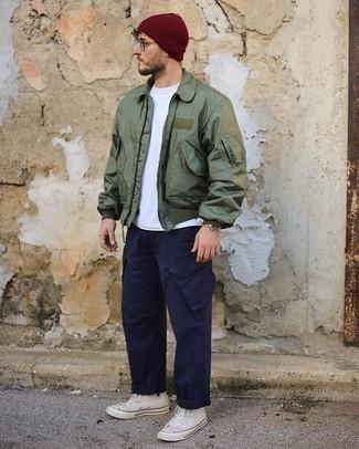Dunkelblaue Cargohose kombinieren – 78 Herren Outfits: Kombinieren Sie eine olivgrüne Bomberjacke mit einer dunkelblauen Cargohose, um mühelos alles zu meistern, was auch immer der Tag bringen mag. Suchen Sie nach leichtem Schuhwerk? Vervollständigen Sie Ihr Outfit mit weißen hohen Sneakers aus Segeltuch für den Tag.