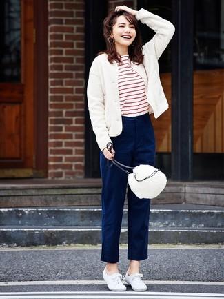 Wie kombinieren: weiße Wollbomberjacke, weißes und rotes horizontal gestreiftes T-Shirt mit einem Rundhalsausschnitt, dunkelblaue Chinohose, weiße Segeltuch niedrige Sneakers