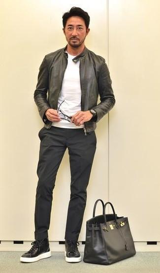 Wie kombinieren: schwarze Leder Bomberjacke, weißes T-Shirt mit einem Rundhalsausschnitt, schwarze Chinohose, schwarze hohe Sneakers aus Leder
