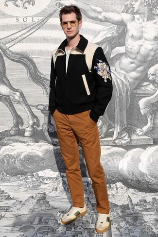 Wie kombinieren: schwarze bedruckte Wollbomberjacke, weißes T-Shirt mit einem Rundhalsausschnitt, rotbraune Chinohose, hellbeige Leder niedrige Sneakers