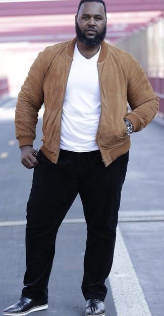 Wie kombinieren: beige Wildleder Bomberjacke, weißes T-Shirt mit einem Rundhalsausschnitt, schwarze Cord Chinohose, schwarze beschlagene Leder Oxford Schuhe