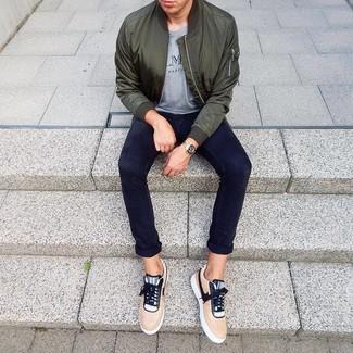 Wie kombinieren: dunkelgrüne Bomberjacke, graues bedrucktes T-Shirt mit einem Rundhalsausschnitt, dunkelblaue Chinohose, beige niedrige Sneakers