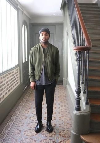 30 Jährige: Schwarze Chinohose kombinieren: trends 2020: Erwägen Sie das Tragen von einer olivgrünen Bomberjacke und einer schwarzen Chinohose für ein großartiges Wochenend-Outfit. Schwarze Leder Derby Schuhe bringen Eleganz zu einem ansonsten schlichten Look.