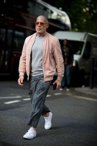 50 Jährige: Dunkelgraue Chinohose kombinieren – 46 Frühling Herren Outfits: Tragen Sie eine rosa Bomberjacke und eine dunkelgraue Chinohose für ein großartiges Wochenend-Outfit. Machen Sie diese Aufmachung leger mit weißen Leder niedrigen Sneakers. Schon haben wir ein tolles Outfit in der Übergangszeit.