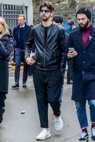 Schwarze Leder Bomberjacke kombinieren: trends 2020: Kombinieren Sie eine schwarze Leder Bomberjacke mit einer dunkelblauen Chinohose für ein bequemes Outfit, das außerdem gut zusammen passt. Suchen Sie nach leichtem Schuhwerk? Ergänzen Sie Ihr Outfit mit weißen Sportschuhen für den Tag.