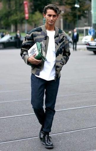 Grüne Leder Clutch Handtasche kombinieren: trends 2020: Eine olivgrüne Camouflage Bomberjacke und eine grüne Leder Clutch Handtasche sind eine großartige Outfit-Formel für Ihre Sammlung. Heben Sie dieses Ensemble mit einer schwarzen Lederfreizeitstiefeln hervor.