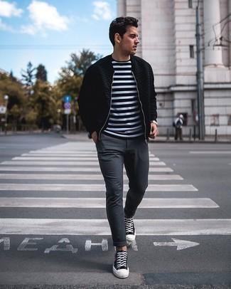 Weißes und schwarzes horizontal gestreiftes T-Shirt mit einem Rundhalsausschnitt kombinieren – 475 Herren Outfits: Entscheiden Sie sich für ein weißes und schwarzes horizontal gestreiftes T-Shirt mit einem Rundhalsausschnitt und eine dunkelgraue Chinohose, um einen lockeren, aber dennoch stylischen Look zu erhalten. Schwarze bedruckte Segeltuch niedrige Sneakers sind eine kluge Wahl, um dieses Outfit zu vervollständigen.