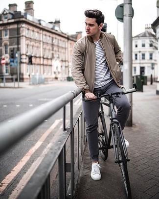 Silberne Uhr kombinieren – 500+ Herren Outfits: Kombinieren Sie eine beige Bomberjacke mit einer silbernen Uhr für einen entspannten Wochenend-Look. Fühlen Sie sich mutig? Wählen Sie weiße Segeltuch niedrige Sneakers.