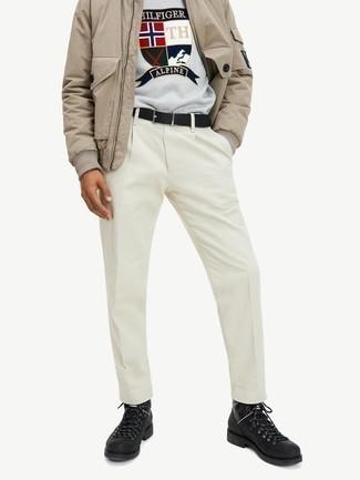 Schwarzen Ledergürtel kombinieren – 500+ Herren Outfits: Paaren Sie eine beige Bomberjacke mit einem schwarzen Ledergürtel für einen entspannten Wochenend-Look. Schwarze Lederarbeitsstiefel sind eine großartige Wahl, um dieses Outfit zu vervollständigen.