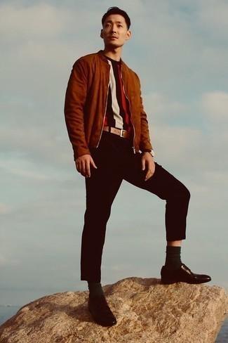 Braune Wildleder Bomberjacke kombinieren – 159 Herren Outfits: Kombinieren Sie eine braune Wildleder Bomberjacke mit einer schwarzen Chinohose, um mühelos alles zu meistern, was auch immer der Tag bringen mag. Fühlen Sie sich ideenreich? Vervollständigen Sie Ihr Outfit mit dunkelbraunen Leder Derby Schuhen.