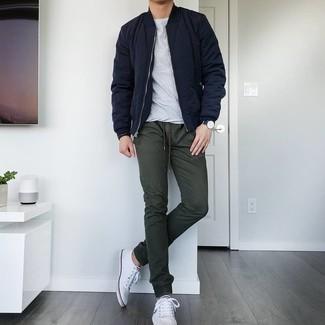 Dunkelgrüne Chinohose kombinieren – 201 Herren Outfits: Paaren Sie eine dunkelblaue gesteppte Bomberjacke mit einer dunkelgrünen Chinohose für ein großartiges Wochenend-Outfit. Komplettieren Sie Ihr Outfit mit weißen Segeltuch niedrigen Sneakers.