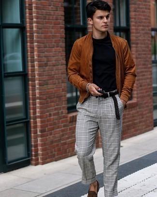 Schwarzen geflochtenen Ledergürtel kombinieren – 167 Herren Outfits: Für ein bequemes Couch-Outfit, entscheiden Sie sich für eine rotbraune Wildleder Bomberjacke und einen schwarzen geflochtenen Ledergürtel. Dunkelbraune Wildleder Slipper mit Quasten sind eine einfache Möglichkeit, Ihren Look aufzuwerten.