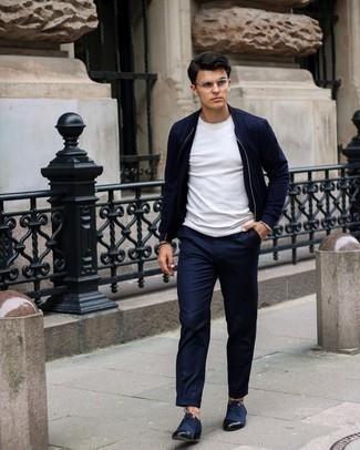 Dunkelblaue Chinohose kombinieren – 1200+ Herren Outfits: Kombinieren Sie eine dunkelblaue Bomberjacke mit einer dunkelblauen Chinohose für ein sonntägliches Mittagessen mit Freunden. Fühlen Sie sich ideenreich? Komplettieren Sie Ihr Outfit mit dunkelblauen Segeltuch Derby Schuhen.