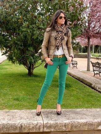 Wie kombinieren: braune Leder Bomberjacke, weißes T-Shirt mit einem Rundhalsausschnitt, grüne enge Jeans, dunkelbraune Leder Pumps