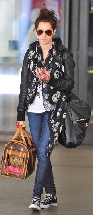 Schwarzen bedruckten Seideschal kombinieren – 6 Damen Outfits: Paaren Sie eine schwarze Leder Bomberjacke mit einem schwarzen bedruckten Seideschal, um ein stilvolles Alltags-Outfit zu erreichen. Schwarze und weiße hohe Sneakers aus Segeltuch sind eine einfache Möglichkeit, Ihren Look aufzuwerten.
