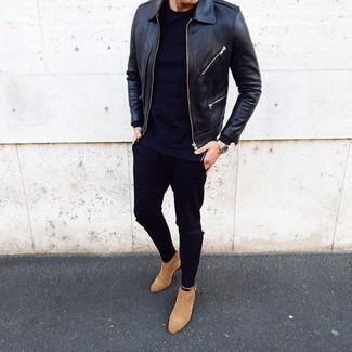 Wie kombinieren: schwarze Leder Bomberjacke, schwarzes T-Shirt mit einem Rundhalsausschnitt, schwarze enge Jeans, beige Chelsea-Stiefel aus Wildleder