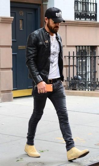 Wie kombinieren: schwarze Leder Bomberjacke, weißes und schwarzes bedrucktes T-Shirt mit einem Rundhalsausschnitt, dunkelgraue enge Jeans, beige Chelsea-Stiefel aus Wildleder