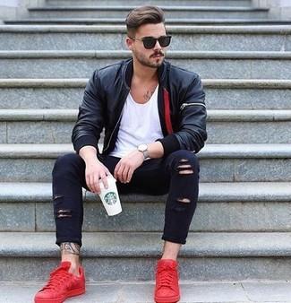 Wie kombinieren: schwarze Leder Bomberjacke, weißes T-Shirt mit einem Rundhalsausschnitt, schwarze enge Jeans mit Destroyed-Effekten, rote niedrige Sneakers