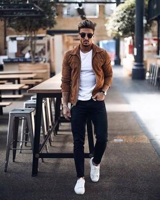 Wie kombinieren: rotbraune Wildleder Bomberjacke, weißes T-Shirt mit einem Rundhalsausschnitt, schwarze enge Jeans, weiße Leder niedrige Sneakers
