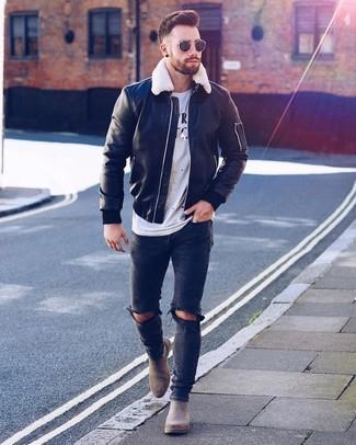 Wie kombinieren: schwarze Leder Bomberjacke, weißes und schwarzes bedrucktes T-Shirt mit einem Rundhalsausschnitt, schwarze enge Jeans mit Destroyed-Effekten, graue Chelsea-Stiefel aus Wildleder