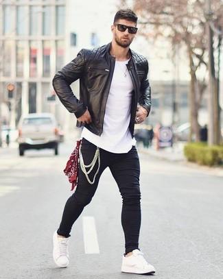 Wie kombinieren: schwarze gesteppte Leder Bomberjacke, weißes T-Shirt mit einem Rundhalsausschnitt, schwarze enge Jeans, weiße Leder niedrige Sneakers
