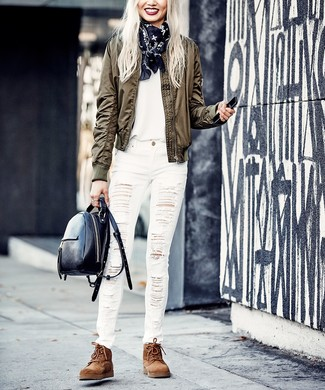 Wie kombinieren: olivgrüne Bomberjacke, weißes T-Shirt mit einem Rundhalsausschnitt, weiße enge Jeans mit Destroyed-Effekten, braune flache Stiefel mit einer Schnürung aus Wildleder