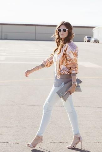 Wie kombinieren: goldene Bomberjacke, graues T-Shirt mit einem Rundhalsausschnitt, weiße enge Jeans, rosa Leder Sandaletten