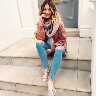 Hellbeige Strick Schal kombinieren – 49 Damen Outfits: Möchten Sie ein stilsicheres, entspanntes Outfit erzielen, ist diese Kombination aus einer braunen Bomberjacke und einem hellbeige Strick Schal Ihre Wahl. Komplettieren Sie Ihr Outfit mit goldenen Leder niedrigen Sneakers, um Ihr Modebewusstsein zu zeigen.
