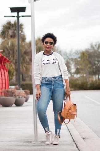 Wie kombinieren: weiße Fleece-Bomberjacke, weißes und blaues bedrucktes T-Shirt mit einem Rundhalsausschnitt, hellblaue enge Jeans, weiße Leder niedrige Sneakers