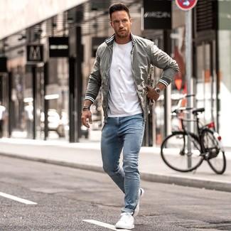 Wie kombinieren: graue Bomberjacke, weißes T-Shirt mit einem Rundhalsausschnitt, hellblaue enge Jeans, weiße Leder niedrige Sneakers