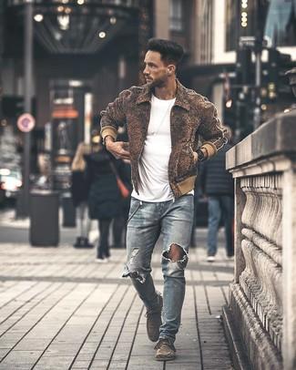 Dunkelbraune Wollbomberjacke kombinieren – 7 Herren Outfits: Für ein bequemes Couch-Outfit, vereinigen Sie eine dunkelbraune Wollbomberjacke mit hellblauen engen Jeans mit Destroyed-Effekten. Putzen Sie Ihr Outfit mit grauen Chukka-Stiefeln aus Wildleder.