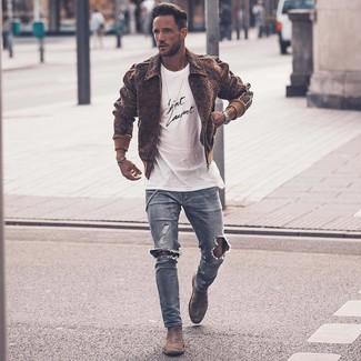 Dunkelbraune Wollbomberjacke kombinieren – 7 Herren Outfits: Vereinigen Sie eine dunkelbraune Wollbomberjacke mit hellblauen engen Jeans mit Destroyed-Effekten für einen entspannten Wochenend-Look. Heben Sie dieses Ensemble mit grauen Chelsea Boots aus Wildleder hervor.