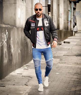 Wie kombinieren: schwarze bedruckte Bomberjacke, weißes bedrucktes T-Shirt mit einem Rundhalsausschnitt, blaue enge Jeans, weiße Leder niedrige Sneakers