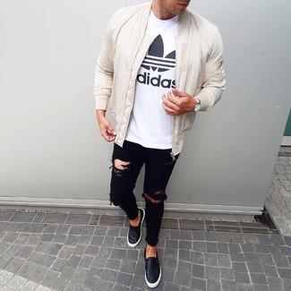 Wie kombinieren: weiße Bomberjacke, weißes und schwarzes bedrucktes T-Shirt mit einem Rundhalsausschnitt, schwarze enge Jeans mit Destroyed-Effekten, schwarze Slip-On Sneakers aus Leder
