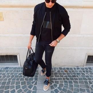 Wie kombinieren: schwarze Bomberjacke, schwarzes T-Shirt mit einem Rundhalsausschnitt, schwarze enge Jeans, beige niedrige Sneakers