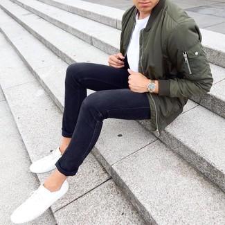 Wie kombinieren: olivgrüne Bomberjacke, weißes T-Shirt mit einem Rundhalsausschnitt, schwarze enge Jeans, weiße niedrige Sneakers