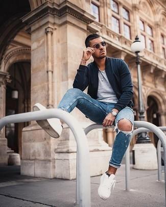 Silberne Uhr kombinieren – 350 Lässige Herren Outfits: Entscheiden Sie sich für Komfort in einer dunkelblauen Bomberjacke und einer silbernen Uhr. Fühlen Sie sich mutig? Komplettieren Sie Ihr Outfit mit weißen Segeltuch niedrigen Sneakers.