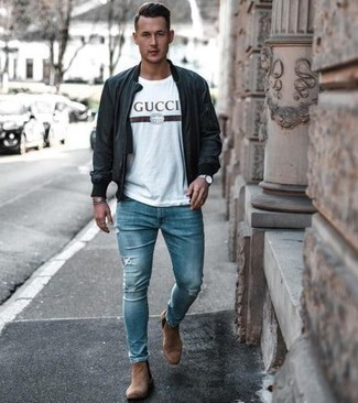 Stiefel kombinieren – 1200+ Herren Outfits: Eine schwarze Leder Bomberjacke und blaue enge Jeans mit Destroyed-Effekten vermitteln eine sorglose und entspannte Atmosphäre. Fügen Sie Stiefel für ein unmittelbares Style-Upgrade zu Ihrem Look hinzu.