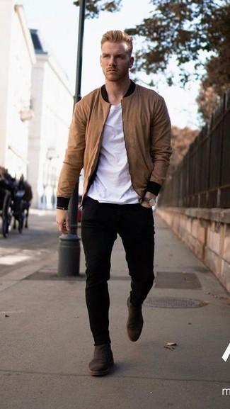 Stiefel kombinieren – 1200+ Herren Outfits: Kombinieren Sie eine beige Bomberjacke mit schwarzen engen Jeans, um mühelos alles zu meistern, was auch immer der Tag bringen mag. Fühlen Sie sich ideenreich? Vervollständigen Sie Ihr Outfit mit Stiefeln.