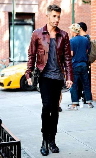 Dunkelrote Leder Bomberjacke kombinieren: trends 2020: Erwägen Sie das Tragen von einer dunkelroten Leder Bomberjacke und schwarzen Jeans für ein Alltagsoutfit, das Charakter und Persönlichkeit ausstrahlt. Putzen Sie Ihr Outfit mit schwarzen Chelsea Boots aus Leder.