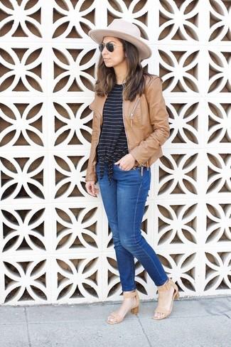 Wie kombinieren: beige Leder Bomberjacke, schwarzes und weißes horizontal gestreiftes T-Shirt mit einem Rundhalsausschnitt, blaue Jeans, beige Leder Sandaletten