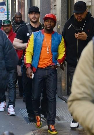 Wie kombinieren: mehrfarbige Bomberjacke, orange T-Shirt mit einem Rundhalsausschnitt, dunkelblaue Jeans, orange hohe Sneakers aus Leder