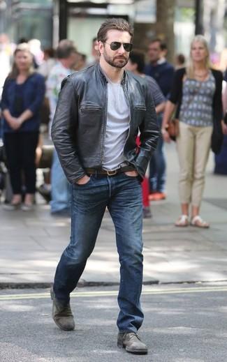 Wie kombinieren: schwarze Leder Bomberjacke, graues T-Shirt mit einem Rundhalsausschnitt, blaue Jeans, graue Leder Derby Schuhe