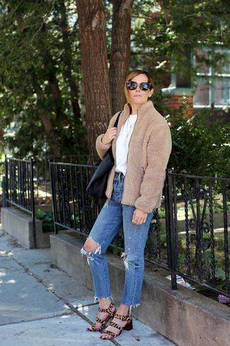 Wie kombinieren: beige Fleece-Bomberjacke, weißes T-Shirt mit einem Rundhalsausschnitt, blaue Jeans mit Destroyed-Effekten, beige Sandaletten aus Kalbshaar mit Leopardenmuster