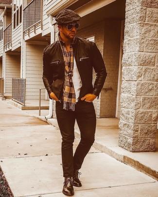 Wie kombinieren: schwarze Leder Bomberjacke, weißes T-Shirt mit einem Rundhalsausschnitt, schwarze Jeans, schwarze Chukka-Stiefel aus Leder