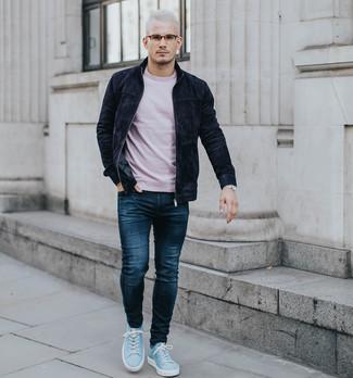 Wie kombinieren: schwarze Wildleder Bomberjacke, rosa T-Shirt mit einem Rundhalsausschnitt, dunkelblaue Jeans, hellblaue Wildleder niedrige Sneakers