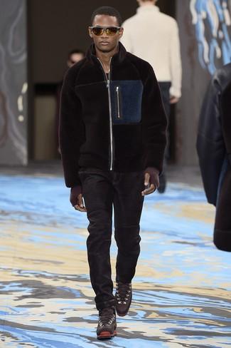 Wie kombinieren: dunkelbraune Fleece-Bomberjacke, schwarzes T-Shirt mit einem Rundhalsausschnitt, schwarze Jeans, dunkelbraune Lederarbeitsstiefel