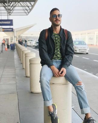 Wie kombinieren: dunkelgraue Bomberjacke, dunkelgrünes bedrucktes T-Shirt mit einem Rundhalsausschnitt, hellblaue Jeans mit Destroyed-Effekten, dunkelgraue Sportschuhe