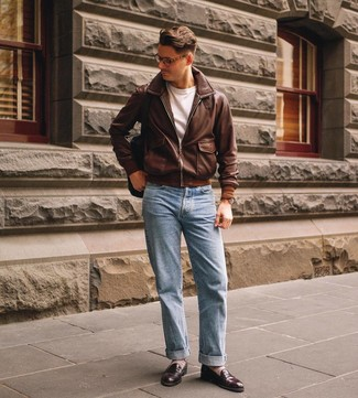 Wie kombinieren: braune Leder Bomberjacke, weißes T-Shirt mit einem Rundhalsausschnitt, hellblaue Jeans, dunkelbraune Leder Slipper